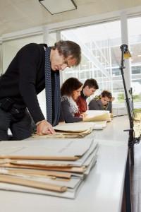 Peter Lüchinger und Studierende recherchieren im Staatsarchiv Bremen